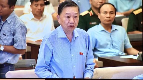 Bộ trưởng Bộ Công an Tô Lâm báo cáo tại phiên họp UBTVQH sáng 12-9