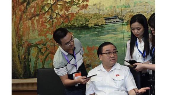 Bí thư Thành ủy Hà Nội Hoàng Trung Hải trao đổi với phóng viên