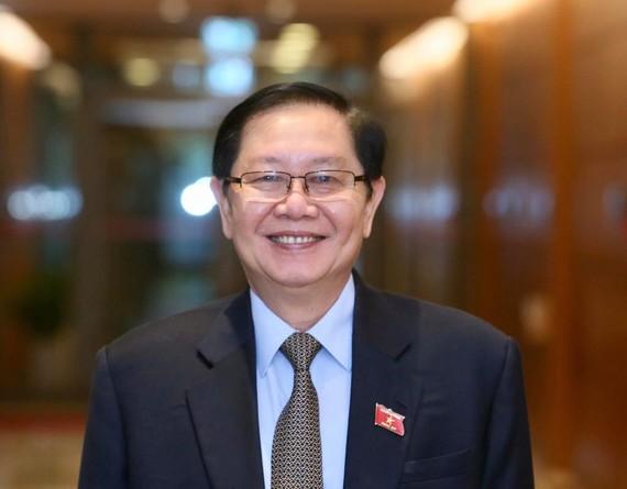 Bộ trưởng Bộ Nội vụ Lê Vĩnh Tân bên lề phiên họp Quốc hội