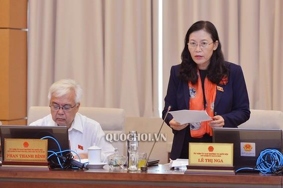 Chủ nhiệm Ủy ban Tư pháp Lê Thị Nga trình bày Báo cáo tại phiên họp