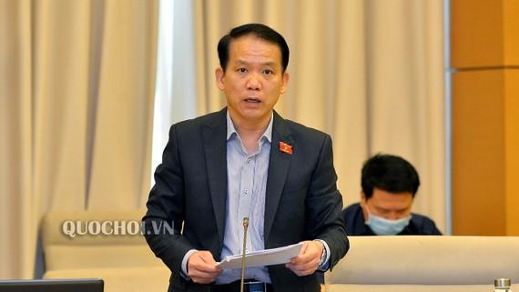 Chủ nhiệm Ủy ban Pháp luật Hoàng Thanh Tùng trình bày Báo cáo thẩm tra tại phiên họp sáng 21-4