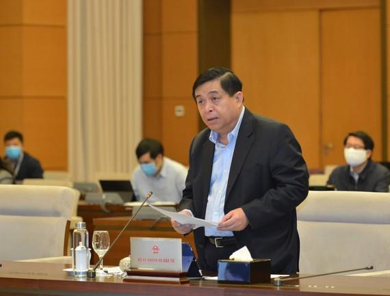 Bộ trưởng Bộ Kế hoạch và Đầu tư Nguyễn Chí Dũng trình bày báo cáo tại phiên họp