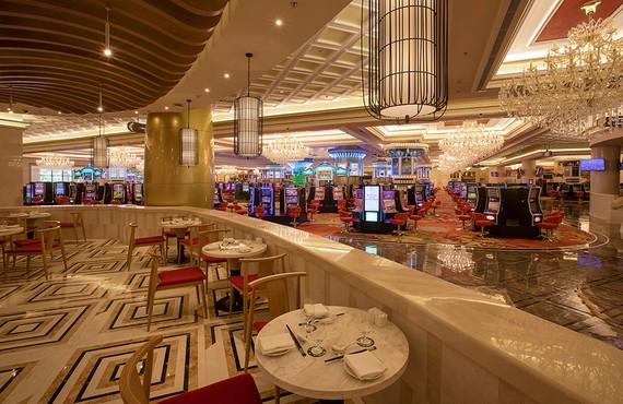 Quang cảnh bên trong casino Corona (Phú Quốc), 1 trong 43 khách sạn lớn nhỏ và các khu nghỉ dưỡng được phép kinh doanh dịch vụ này