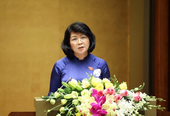 Phó Chủ tịch nước Đặng Thị Ngọc Thịnh trình bày Tờ trình của Chủ tịch nước tại phiên họp