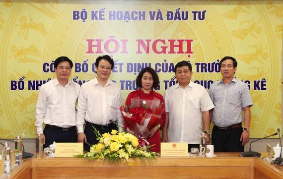 Bộ trưởng Bộ Kế hoạch và Đầu tư Nguyễn Chí Dũng, Thứ trưởng Trần Quốc Phương và lãnh đạo Tổng cục Thống kê chúc mừng tân Tổng cục trưởng Nguyễn Thị Hương
