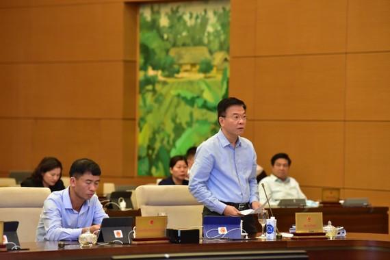 Bộ trưởng Bộ Tư pháp Lê Thành Long báo cáo tại phiên họp. Ảnh: VIẾT CHUNG