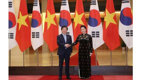 Chủ tịch Quốc hội Quốc Park Byeong-Seug và Chủ tịch Quốc hội Nguyễn Thị Kim Ngân tại Lễ đón chính thức chiều 2-11. Ảnh: QUANG PHÚC