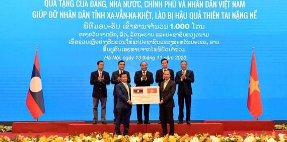 Lễ trao tượng trưng 1.000 tấn gạo của Đảng, Nhà nước, Chính phủ và nhân dân Việt Nam hỗ trợ nhân dân Lào. Ảnh: QUANG PHÚC