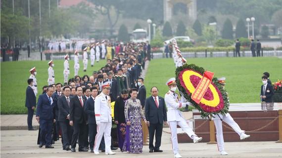 Các đồng chí Lãnh đạo Đảng, Nhà nước, Quốc hội, Mặt trận Tổ quốc Việt Nam và các đại biểu Quốc hội tới đặt vòng hoa và vào Lăng viếng Chủ tịch Hồ Chí Minh. Ảnh: QUANG PHÚC