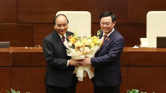 Chủ tịch Quốc hội Vương Đình Huệ đã tặng hoa và gửi lời cám ơn tới ông Nguyễn Xuân Phúc. Ảnh: QUANG PHÚC