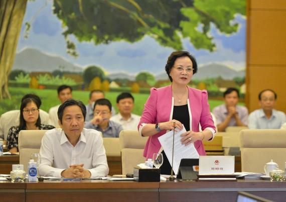 Bộ trưởng Bộ Nội vụ Phạm Thị Thanh Trà trình bày Tờ trình của Chính phủ tại phiên họp của Ủy ban Thường vụ Quốc hội. Ảnh: QUANG PHÚC