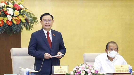 Chủ tịch Quốc hội Vương Đình Huệ, Chủ tịch Hội đồng Bầu cử quốc gia chủ trì phiên họp. Ảnh: VIẾT CHUNG