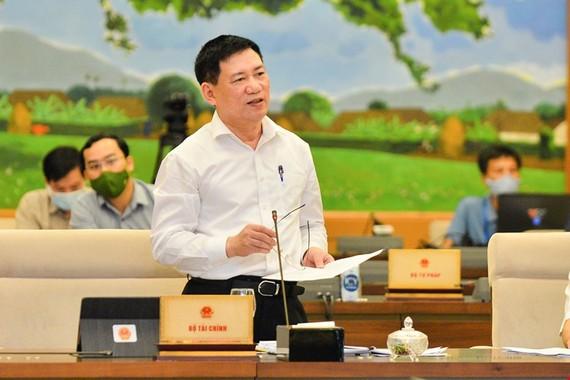 Bộ trưởng Bộ Tài chính Hồ Đức Phớc trình bày Tờ trình tại phiên họp