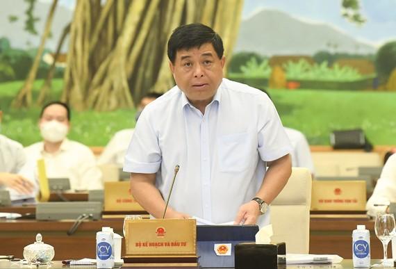 Bộ trưởng Bộ KH-ĐT Nguyễn Chí Dũng trình bày báo cáo tại phiên họp