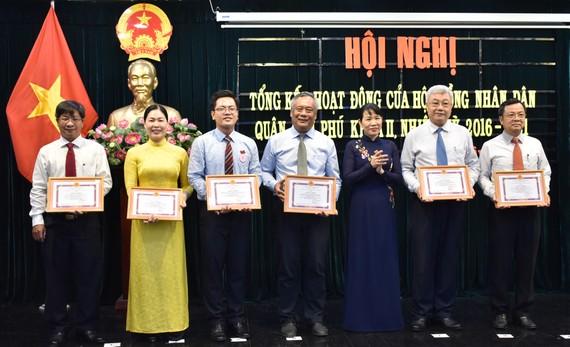 Bí thư Quận ủy quận Tân Phú Lê Thị Kim Hồng tặng Giấy khen cho các cá nhân