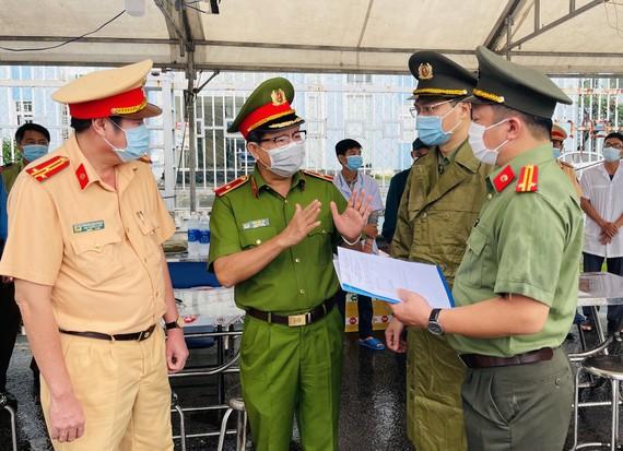Thiếu tướng Trần Đức Tài kiểm tra công tác triển khai lực lượng, phương tiện, trang bị hậu cần, công tác phối hợp với các lực lượng công an TPHCM. Ảnh: VĂN MINH