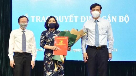 Phó Chủ tịch UBND TPHCM Lê Hòa Bình trao quyết định cho đồng chí Nguyễn Thị Thu Hường