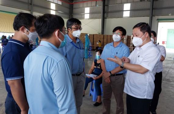 Phó Chủ tịch UBND TPHCM Dương Anh Đức kiểm tra công tác tiêm vaccine tại Công ty TNHH Sản xuất - Thương mại Nam Anh