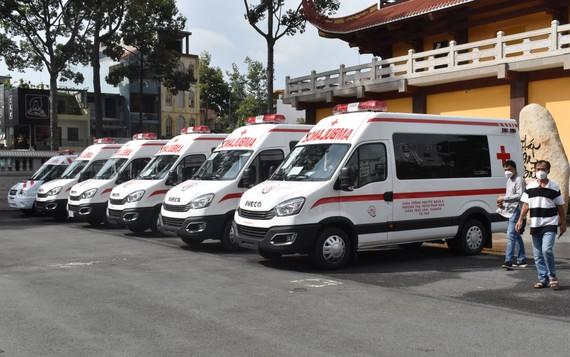 Giáo hội Phật giáo Việt Nam TPHCM và Hội Từ thiện chùa Tường Nguyên trao tặng xe cứu thương cho các bệnh viện