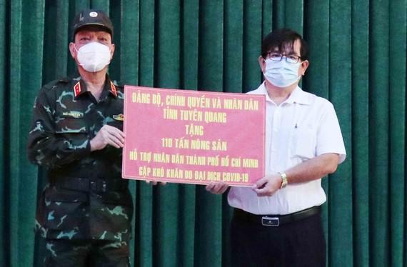 Phó Chủ tịch Ủy ban MTTQ Việt Nam TPHCM Ngô Thanh Sơn tiếp nhận bảng tượng trưng ủng hộ nông sản của tỉnh Tuyên Quang