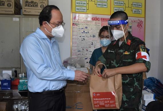 Phó Bí thư Thành ủy TPHCM Nguyễn Hồ Hải kiểm tra túi thuốc cho F0 tại Trạm y tế lưu động phường 6, quận Gò Vấp