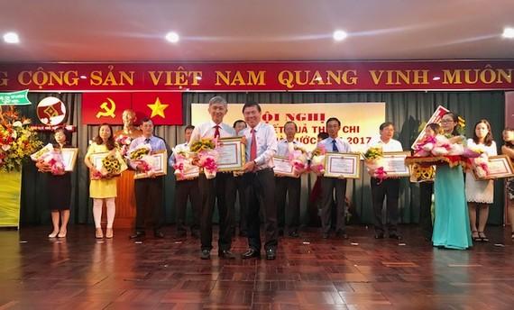 Chủ tịch UBND TPHCM Nguyễn Thành Phong tặng bằng khen cho các tập thể có thành tích xuất sắc trong nộp thuế