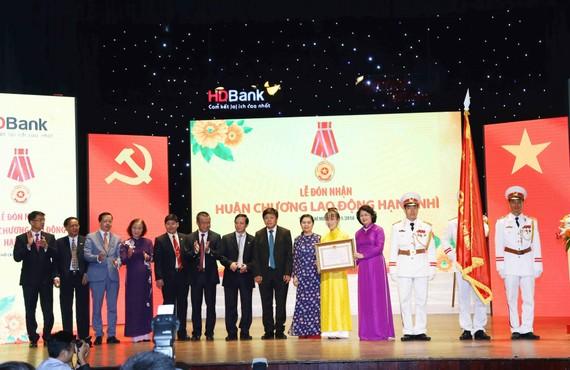đồng chí Đặng Thị Ngọc Thịnh, Phó Chủ tịch nước CHXHCN Việt Nam trao Huân Chương Lao động hạng nhì cho HDBank