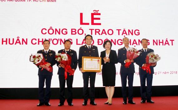 Chi Cục Hải quan cửa khẩu sân bay Tân Sơn Nhất nhận Huân chương lao động Hạng Nhất. Ảnh: ĐAN NGUYÊN