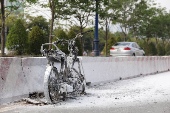 Chiếc xe máy bị thiêu rụi. Ảnh : CHÍ THẠCH