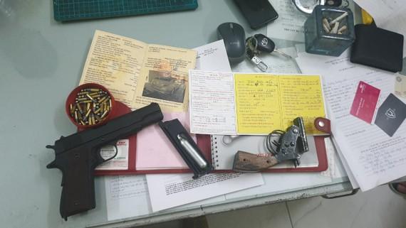 Tang vật vụ nhóm thanh niên mang súng tới quán cà phê giải quyết mâu thuẫn