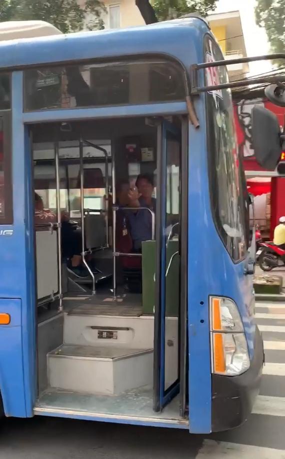 Tài xế xe buýt bóp còi, ép xe, phun nước bọt thách thức người đi đường ở TPHCM.