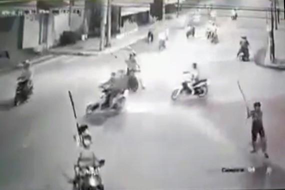 Các đối tượng dùng hung khí gây náo loạn đường phố