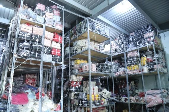 Hơn 6.000 chiếc túi xách nhãn hiệu nổi tiếng không rõ nguồn gốc