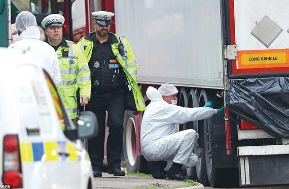 Cảnh sát Anh và chuyên gia pháp y tại hiện trường vụ 39 thi thể trong container.