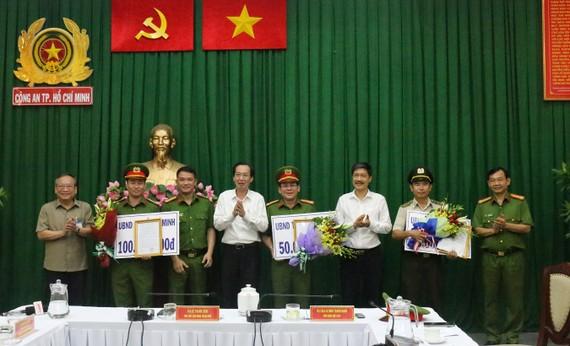 Phó Chủ tịch Thường trực UBND TPHCM  Lê Thanh Liêm khen thưởng đơn vị phá án