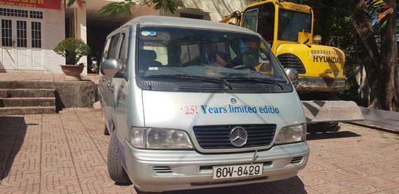 Xe đưa rước học sinh bị bung cửa khiến 2 em rơi ra ngoài đã hết hạn đăng kiểm.