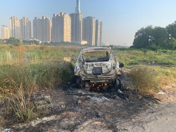 Hiện trường chiếc xe bị đốt phi tang.