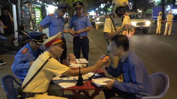 Cảnh sát giao thông kiểm tra nồng độ cồn