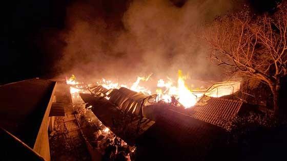 Ngọn lửa bùng cháy dữ dội ở xưởng bông.
