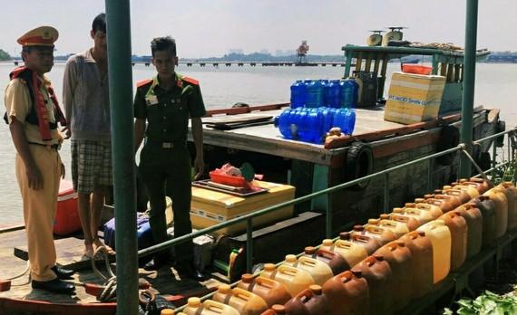 Lực lượng phát hiện có hơn 1.600 lít dầu không rõ nguồn gốc trên sông Đồng Nai. Ảnh: CA