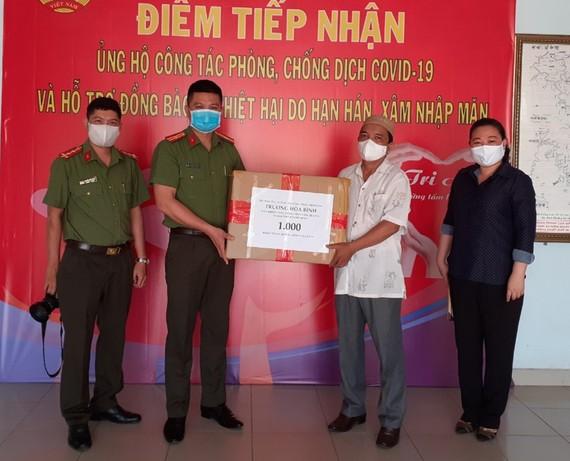 Thừa ủy quyền của Phó Thủ tướng Thường trực Trương Hòa Bình, đại diện Báo CAND tại TPHCM phối hợp cùng UB MTTQ Việt Nam quận 8 chuyển phần quà là 1.000 khẩu trang kháng khuẩn cao cấp tặng đồng bào Chăm quận 8, nhằm giúp bà con