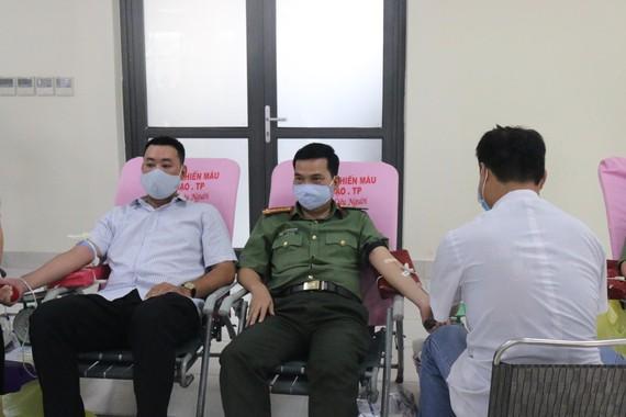 Đại tá Nguyễn Sỹ Quang, Phó Giám đốc Công an TPHCM tham gia hiến máu tình nguyện tại trụ sở Công an TPHCM
