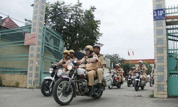 Lực lượng CSGT ra quân tổng kiểm soát phương tiện giao thông cơ giới đường bộ. Ảnh: PC08