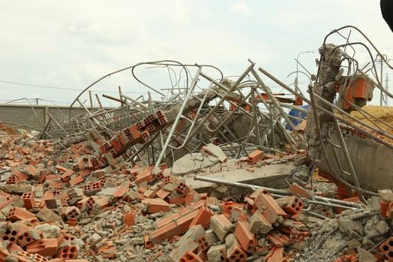 Khởi tố vụ sập tường công trình ở Trảng Bom khiến 10 người tử vong. Ảnh: VŨ PHONG