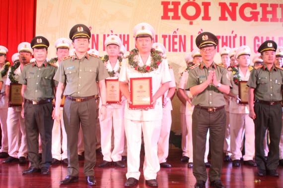"""Thứ trưởng Lương Tam Quang chụp ảnh lưu niệm cùng với tập thể, cá nhân điển hình trong phong trào thi đua """"Vì an ninh Tổ quốc"""""""