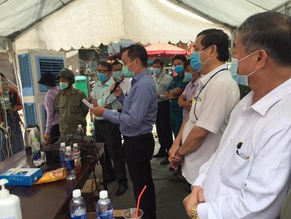 Lực lượng chức năng thông báo việc gỡ bỏ phong toả tuyến đường Hồ Văn Đại