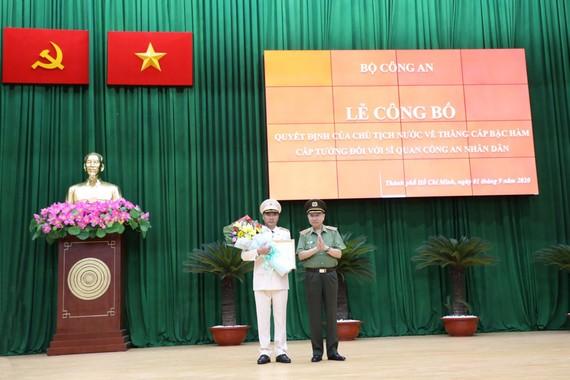Thăng hàm Thiếu tướng đối với đồng chí Cao Đăng Hưng. Ảnh: C.T