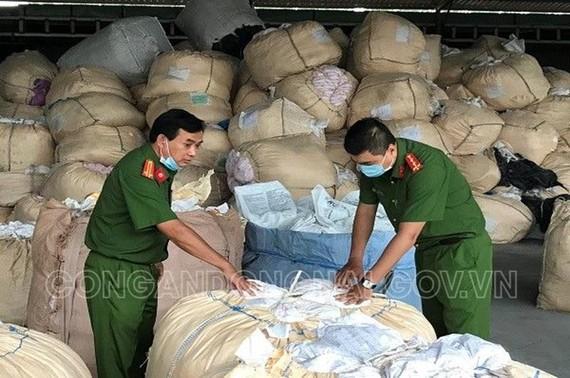 Cơ quan chức năng phát hiện gần 200 tấn chất thải rắn công nghiệp ở trong kho Công ty TNHH Sản xuất dịch vụ Trung Nam. Ảnh: CAĐN