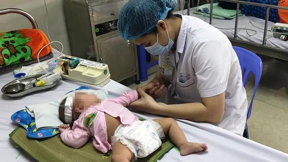 Bác sĩ điều trị cho một trẻ bị viêm não. Ảnh minh hoạ: M.K.