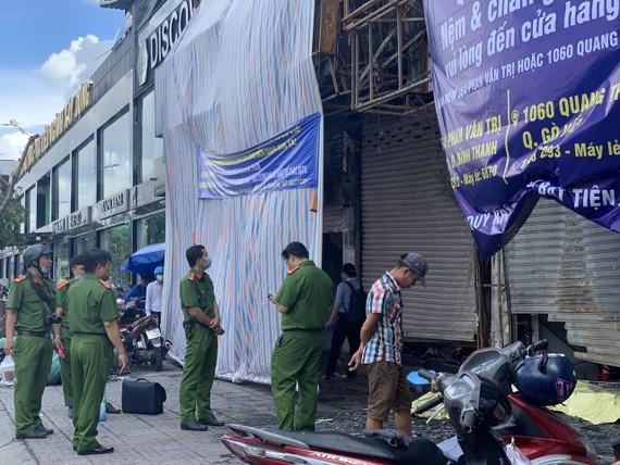 Thực nghiệm hiện trường vụ cháy chi nhánh ngân hàng Eximbank cùng nhà dân ở quận Gò Vấp. Ảnh: CHÍ THẠCH